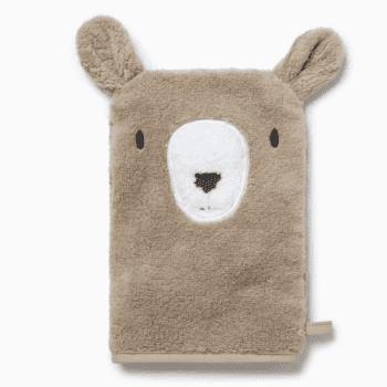 Baby MORI lasten pesukinnas Bear Pehmoinen kylpykinnas pienillä suloisilla yksityiskohdilla, joita lapset rakastavat! Kylpykintaassaon nallen kasvot ja pyöreät korvat. Pehmeällä pesukintaalla peset pienen lapsen ihon hellävaraisesti. Pesukinnasta voit käyttää myös kylpyhetkeä hauskuuttavana käsinukkena!