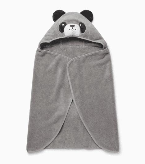 Pehmoinen Panda viittapyyhe pienillä suloisilla yksityiskohdilla, joita lapset rakastavat! Hupussa on nallen kasvot ja pyöreät korvat, viittapyyhkeentakana on pieni hännäntupsu. Baby Mori viittapyyhkeen saa levitettyä täysin auki, joten pyyhe toimii hyvin myös vauvan kuivaamiseen kylvyn jälkeen. Tämän pyyhkeen sisään pieni on ihana kääriä lämmittelemään!