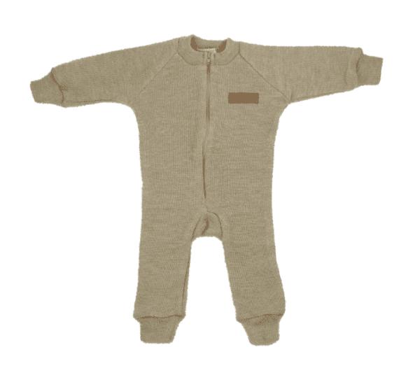 Sohvila Design merinovillahaalari on todella miellyttävän elastista neulosta, jolloin se on helppo pukea vauvan päälle. Vauvalla on mukava olla haalarissa, joka ei kiristä ja joustaa pienten käsien ja jalkojen liikkeiden mukana. Hihoissa ja lahkeissa olevat resorit pidentävät haalarin käyttöikää ja suojaavat myös tehokkaasti kylmältä. Edessä on näppärä vetoketju.