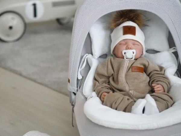 Miksi sinä valitset villaisen haalarin vauvallesi? Sohvila Design merinovillahaalari on todella miellyttävän elastista neulosta, jolloin se on helppo pukea vauvan päälle. Vauvalla on mukava olla haalarissa, joka ei kiristä ja joustaa pienten käsien ja jalkojen liikkeiden mukana. Hihoissa ja lahkeissa olevat resorit pidentävät haalarin käyttöikää ja suojaavat myös tehokkaasti kylmältä. Edessä on näppärä, kevyesti liukuva vetoketju.