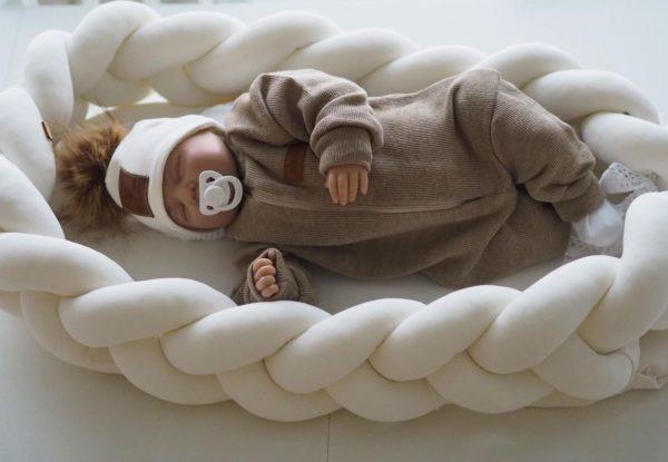 Kylmällä säällä voit pukea tämän pehmeän haalarin vauvan sisävaatteiden ja ulkohaalarin väliin. Merinovillahaalari tuo pukeutumiseen lämpöä, mutta jos vauvalle tulee hiki, merinovillahaalari ei tunnu heti märältä, vaan imee kosteuden itseensä.Etenkin syksyllä, talvella ja keväällä, kun vauvalla on enemmän vaatetta päällään, on välikerraston miellyttävyys tärkeä asia. Itse suosittelen lapsille aina ennemmin villahaalaria kuin fleecestä tai muusta tekokuidusta valmistettua haalaria.
