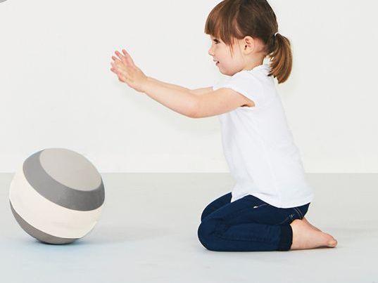 bObles pallo 19 cm Grey, kevyt harjoituspallo Monen vauvan ensimmäinen lelu on pallo -eikä suotta! Vierivät pallot kiinnostavat vauvaa, niitä on kiva seurata, heitellä ja kierittää. Pyöreä muoto innostaa tutkimaan ja moni vauva on oppinut ryömimään tai konttaamaan nimenomaan pallon perään pyrkiessään. Palloleikit ovatkin erittäin kehittäviä lapselle ja kannustavat myös vanhempia leikkimään yhdessä lapsen kanssa.