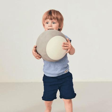 Monen lapsen ensimmäinen lelu on pallo -eikä suotta! Vierivät pallot kiinnostavat vauvaa, niitä on kiva seurata, heitellä ja kierittää. Pyöreä muoto innostaa tutkimaan ja moni vauva on oppinut ryömimään tai konttaamaan nimenomaan pallon perään pyrkiessään. Palloleikit ovatkin erittäin kehittäviä lapselle ja kannustavat myös vanhempia leikkimään yhdessä lapsen kanssa.