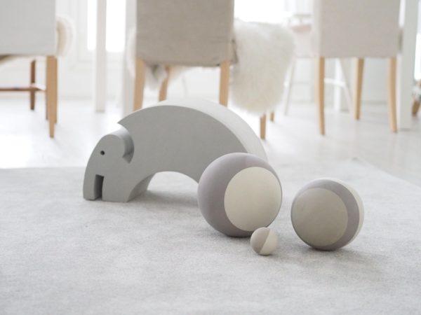 bObles pallosetti Grey, 3 erikokoista kevyttä harjoituspalloa Monen vauvan ensimmäinen lelu on pallo -eikä suotta! Vierivät pallot kiinnostavat vauvaa, niitä on kiva seurata, heitellä ja kierittää. Pyöreä muoto innostaa tutkimaan ja moni vauva on oppinut ryömimään tai konttaamaan nimenomaan pallon perään pyrkiessään. Palloleikit ovatkin erittäin kehittäviä lapselle ja kannustavat myös vanhempia leikkimään yhdessä lapsen kanssa.