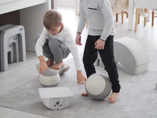 Monessa perheessa bOblesit ovat tosi tervetullut synttäri- tai joululahja lapselle, sillä kaikkia bObles-leluja voi käyttää vauvasta pitkälle kouluikään saakka. bOblesit eivät hajoa, niihin ei kyllästy yhtä helposti kuin hetken muodissa oleviin trendileluihin ja mikä parasta, bOblesit antavat lapselle mahdollisuuden leikkiä ja liikkua myös sisätiloissa. Tämä on jokaiselle lapselle kehityksen kannalta todella tärkeää, etenkin nykypäivänä, kun telkkari ja kännykkäpelit vievät aikaa liikunnalta ja luovalta leikiltä!