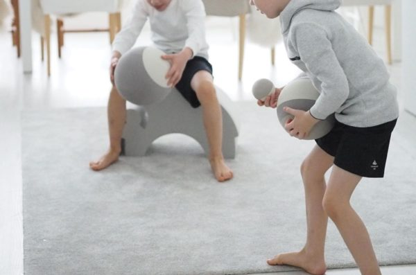 Lapsen olisi hyvä päästä opettelemaan pallonkäsittelytaitoja 1-6 vuoden ikäisenä, silloin se on lapselle luontevinta ja helpointa. Pienen lapsen kanssa esimerkiksi kopittelua voi alkaa harjoitella isomman pallon kanssa: kun lapsen taidot kehittyvät, voi siirtyä aina vain pienempään palloon. bObles-pallon kanssa heittely on hauskaa, eikä pallo pelota lasta, koska se on kevyt. Hyvin rullaava bObles -pallo on myös loistava potkujen harjoitteluun: keveän materiaalin ansiosta lapsen jalat ja kynnet ovat turvassa.