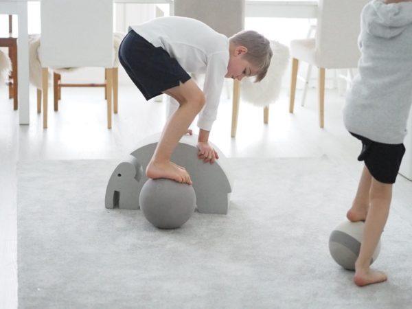 bObles-pallojen etu on se, että ne eivät kolise, jätä jälkiä tai kolhuja lattiaan vauhdikkaammassakaan leikissä. Pallojen materiaali on joustavaa ja bOblesit ovat kevyitä, joten ihan pienikin lapsi pystyy siirtelemään niitä vaivatta. bObles -pallojen pinta ei ole lainkaan liukas, joten niistä saa hyvän otteen helposti.