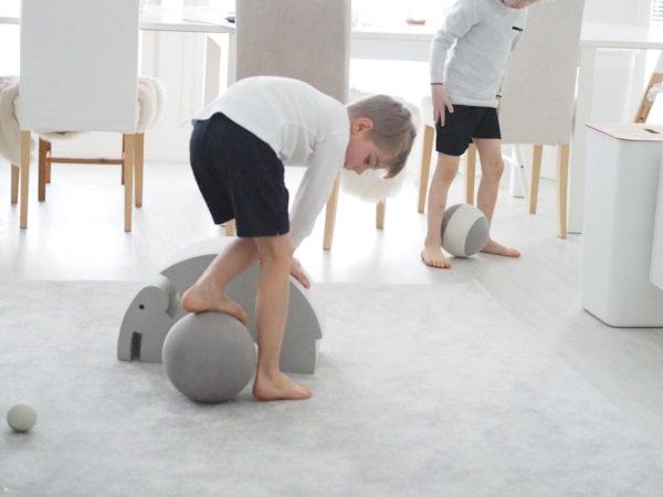 Palloa voi heitellä ämpäriin, sitä voi kuljettaa jaloilla, pompotella tai vierittää ja heitellä edes takaisin vanhemmalta lapselle. Palloa voi kuljettaa mailalla tai heitellä koriin. Tasapainoa ja kehonhallintaa jo treenanneet lapset pystyvät seisomaan bObles-pallon päällä! Tämä tyylikäs ja monen kodin sisustukseen sopiva bObles pallosetti ei koskaan puhkea tai mene lyttyyn vauhdikkaammassakaan leikissä!