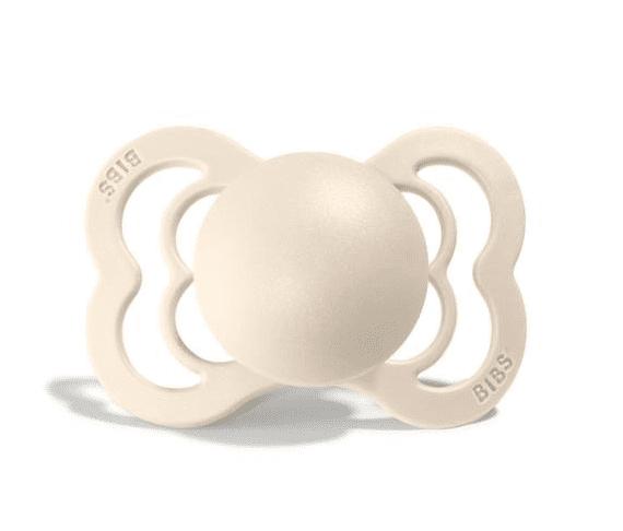 BIBS Denmark Supreme silikoninen tutti vauvalle 0-6kk luonnonvalkoinen Silikonisen tutin etuja ovat allergiaystävällisyys, tutin hajuttomuus ja mauttomuus sekä se, että tutin materiaali kestää kiehuttamisen. Silikoni on materiaalina läpinäkyvä ja hyvin sileä, joten se ei kerää mikrobeja helposti.