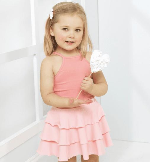 Candy kokoelman tyttömäinen trikoohame, jossa ihanana yksityiskohtana kauniisti laskeutuva röyhelöhelma. Vyötäröllä on säädettävä kuminauhakiristys.