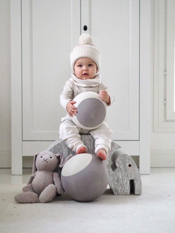 Gugguu lasten tuubihuivi, sävy White Sand Pienten tyylikkäässä pukeutumisessa huivit ovat nopeasti tehneet läpimurron. Tuubihuivi antaa tehokkaasti lisäsuojaa tuulelta ja viimalta, mutta luo lapsen asuun samalla myös viimeistellyn ilmeen! Gugguun tuubihuivi on riittävän kapea, jotta se suojaa hyvin lapsen kaulaa.