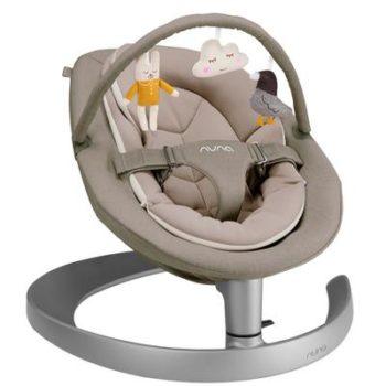 Nuna Leaf Grow sitteri lelukaarellaBiscotti, sopii käyttöön vauvasta leikki-ikään saakka! Sitteri on monessa perheessä aivan ehdoton hankinta vauvalle: välillä äidin ja isän kädet on vain saatava vapaaksi. Kodin pieni siivous, ruuanlaitto tai duploilla rakentaminen esikoisen kanssa eivät aina onnistu sillä aikaa, kun vauva nukkuu. Toiset vauvat ovat levottomia eivätkä nuku päivisin juuri lainkaan, joissakin tilanteissa vauva nukkuu parhaiten sylissä. Kun vauvalla on oma turvallinen ja tyynnyttävä paikka, josta hän voi seurata muun perheen touhuja, vauva viihtyy hyvin hetken aikaa tyytyväisenä.