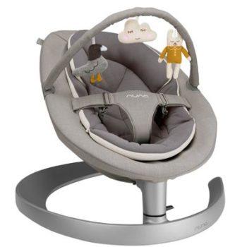 Nuna Leaf Grow sitteri lelukaarella Quartz, sopii käyttöön vauvasta leikki-ikään saakka! Sitterin selkänojan saa säädettyä kolmeen eri asentoon: jos vauva nukahtaa sitteriin, etkä uskalla siirtää häntä pinnasänkyyn, laske vain selkänojaa ala-asentoon. Kun vauva kasvaa, viihtyy hän paremmin ryhdikkäämmässä, pystymmässä asennossa, josta näkee hyvin ympärilleen. Tämä asento auttaa usein myös paljon puklailevia, masuvaivaisia ja refluksivauvoja.