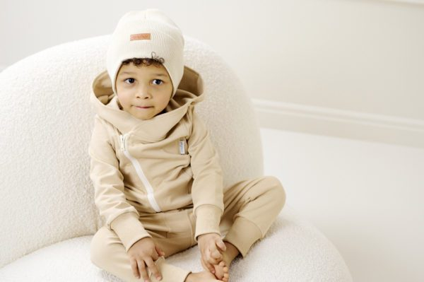 Gugguu Basic Beanie pipo, sävy White Sand Ajattoman tyylikäs pipo on ommeltu pehmeästä ja joustavasta kankaasta. Trikoopipo tuntuu mukavalta lapsen päässä eikä hankaa. Hyvin istuva pipo pysyy paikallaan valumatta silmille. Käännetty resori suojaa hyvin korvia!