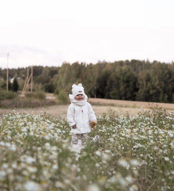 Yksinkertaisen tyylikäs pipo on ommeltu pehmeästä ja joustavasta kankaasta. Luomupuuvillainen pipotuntuu mukavalta lapsen päässä eikä hankaa. Hyvin istuva pipo pysyy paikallaan valumatta silmille. Ajaton sävy sopii yhteen monen vaatteen ja asusteen kanssa!
