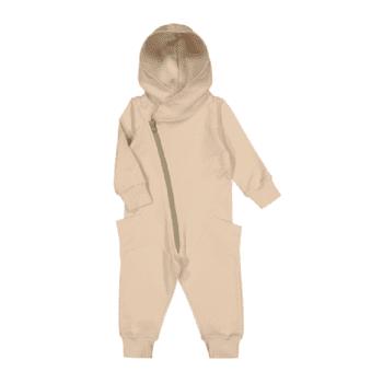 Gugguu Jumpsuit, sävy Linen Beige / Pale Sage Gugguu Jumpsuit on hyvin laadukas vauvanhaalari suojaavalla hupulla. Tyylikäs, paksummasta kankaasta ommeltu haalari sopii hyvin päivittäiseen käyttöön ja on tosi tykätty vaate käytettäväksi yhdessä lämpöpussin ja tupsupipon kanssa turvakaukalossa. Haalari on todella mukava vaate vauvalle: mikään ei paina tai kiristä vatsaa. Vauvaa on myös helppo nostaa syliin haalarissa, selkä pysyy piilossa ja lämpimässä.