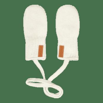 Gugguu laadukkaat vauvan lapaset, sävy White Sand Ajattoman tyylikkäät luomupuuvillaiset vauvan lapaset. Lapaset voit sujauttaa vauvan haalarin tai takin hihojen läpi ja vasta sitten vauvan sormien suojaksi. Lapasissa olevan nauhan ansiosta ne eivät pääse tippumaan ja häviämään silloinkaan, kun lapaset riisutaan vauvan käsistä. Nämä lapaset ovat tumppumallia, eli niissä ei ole peukaloa. Helpot ja nopeat pukea vauvan käsiin!