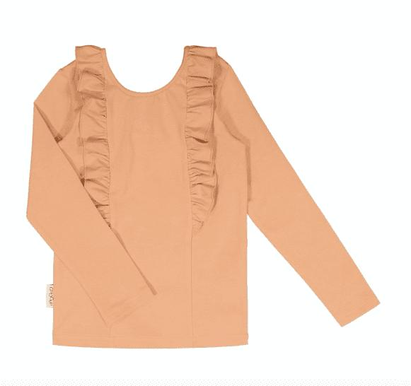 Gugguu pitkähihainen Bella paita, sävy Sugar Cookie Natural kokoelman tyylikäs pitkähihainen trikoopaita, jossa suloisena yksityiskohtana röyhelöt. Röyhelöt kulkevat pääntiessä niskan puolella ja laskeutuvat kauniisti paidan etuosaan. Äidit ovat kehuneet tätä materiaalia todella kestäväksi käytössä: paidan kangas pysyy siistinä pesu toisensa jälkeen! Kiitosta ovat saaneet myös riittävän pitkät hihat, joiden ansiosta paidan käyttöikä on tavallista pidempi!