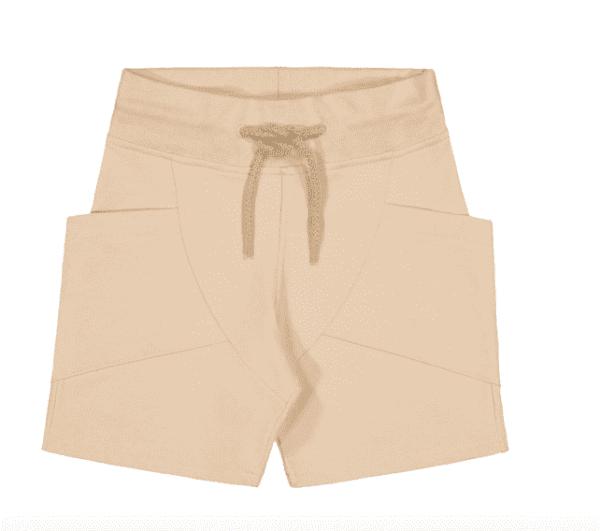 Gugguu College Shortsit, sävy Linen Beige Natural kokoelman ajattoman tyylikkäät, taskulliset collegeshortsit. Unisex shortsit ovat todella mukavat ja joustavat, kangas on erittäin laadukasta. Näissä shortseissa lapsen on helppo liikkua!