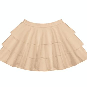 Gugguu Frilla hame, sävy Linen Beige Natural kokoelman tyttömäinen trikoohame, jossa ihanana yksityiskohtana kauniisti laskeutuva röyhelöhelma. Vyötäröllä on säädettävä kuminauhakiristys. Tämä hame on helppo yhdistää yksinkertaiseen bodyyn tai paitaan ja kokonaisuudesta saa todella kauniin!