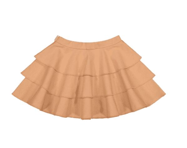 Gugguu Frilla hame, sävy Sugar Cookie Natural kokoelman tyttömäinen trikoohame, jossa ihanana yksityiskohtana kauniisti laskeutuva röyhelöhelma. Vyötäröllä on säädettävä kuminauhakiristys. Tämä hame on helppo yhdistää yksinkertaiseen bodyyn tai paitaan ja kokonaisuudesta saa todella kauniin! Äidit ovat kehuneet tätä materiaalia todella kestäväksi käytössä: hameen kangas pysyy siistinä pesu toisensa jälkeen!