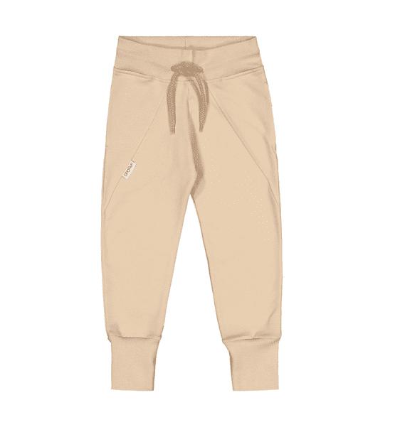 Gugguu Slim Baggy housut, sävy Linen Beige Natural kokoelman ajattoman tyylikkäät collegehousut. Slim Baggy housut ovat todella mukavat, joustavat ja hyvin istuvat. Äidit ovat kehuneet tätä materiaalia todella kestäväksi käytössä: housujen kangas pysyy siistinä pesu toisensa jälkeen ja kestää hyvin kulutusta! Kiitosta ovat saaneet myös pitkät resorit, joiden ansiosta housujen käyttöikä on tavallista pidempi!