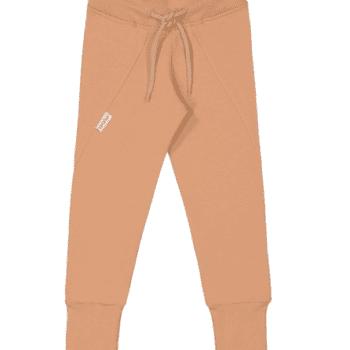 Gugguu Slim Baggy housut, sävy Sugar Cookie Natural kokoelman ajattoman tyylikkäät collegehousut. Slim Baggy housut ovat todella mukavat, joustavat ja hyvin istuvat. Äidit ovat kehuneet tätä materiaalia todella kestäväksi käytössä: housujen kangas pysyy siistinä pesu toisensa jälkeen ja kestää hyvin kulutusta! Kiitosta ovat saaneet myös pitkät resorit, joiden ansiosta housujen käyttöikä on tavallista pidempi!