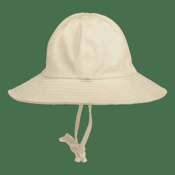 Gugguu nauhallinen lierihattu vauvalle, sävy White Sand Kauniin kesäinen lierihattu monenlaiseen käyttöön. Sopii täydellisesti niin kesämekon kuin uima-asunkin asusteeksi. Lierihattu suojaa tehokkaasti etenkin vauvan kasvoja, korvia, nenää ja niskaa -alueita, jotka kesällä palavat helposti! Vaaleansävyinen lierihattu ei kuumene auringonpaisteessa.