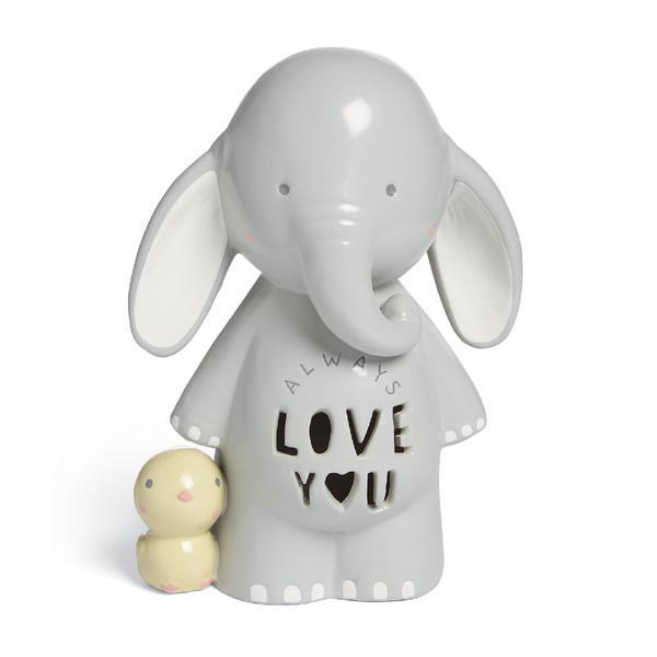 Mamas&Papas keraaminen Elefanttiyövalo Always Love You Vierekkäin seisovat vaaleanharmaa elefantti ja pieni keltainen lintu koristavat tätä yövaloa. Voit käyttää yövaloa lastenhuoneen pöydällä tai hyllylle nostettuna. Monet lapset rauhoittuvat yöunille paremmin himmeän yövalon loistaessa.