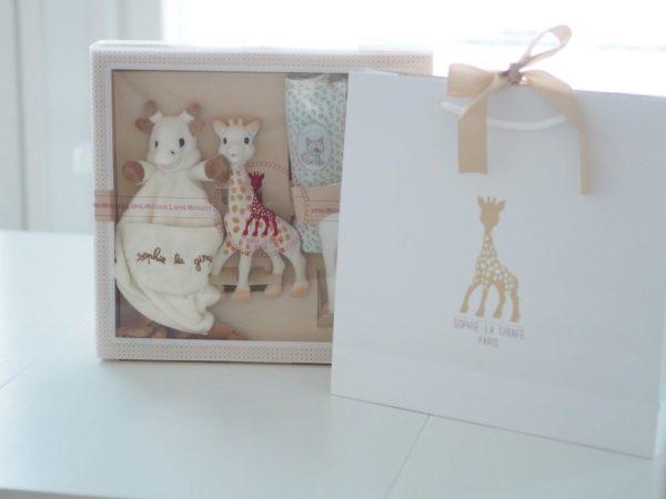 Sophie la Girafe laadukas lahjasetti vauvalle, kirahvilelu, unilelu ja harsot Tyylikkäästä pakkauksesta löydät suositun Sophie the Giraffe purulelun ja pehmoisen kirahvi uniliinan, sekä 3 laadukasta harsoa. Setin mukana tulee vaalea lahjakassi, jossa on kaunis satiinirusetti.