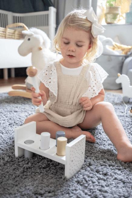 JaBaDaBaDo lasten puinen hakkapeli, hopea Tämä jo klassikoksi muodostunut peli on yksinkertainen: lapset rakastavat vasaroida puupalikoita, jotka liikkuvat alemmas! Kun yksi puoli on valmis, käännä peli ympäri ja aloita alusta! Tässä pelissä on vaaleat ja yhteensointuvat värit: lelu toimii siis samalla osana kaunista lastenhuoneen sisustusta.