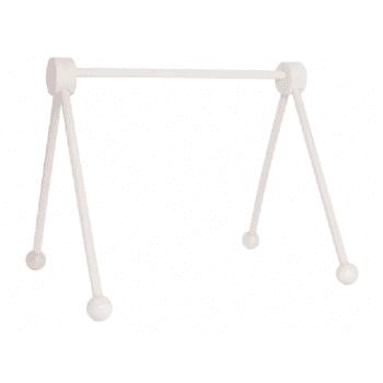JaBaDaBaDo vauvan puinen leikkikaari, baby gym Valkoiseen puiseen lelukaareen voit ripustaa vauvan suosikkilelut tai soittorasian. Suloisia leluja tähän leikkikaareen löydät esimerkiksi täältä. Lelukaaressa on yksinkertaisen tyylikäs muotoilu, joten tätä on ilo pitää esillä ja osana kaunista sisustusta.