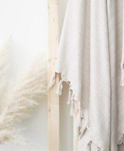 Luin Living Bamboo Towel -hamamtyylinen keveä pyyhe Luin Living Bamboo pyyhe on kashmirmaisen pehmeä, silkkisen hohtava, kevyt ja helppohoitoinen pyyhe. Materiaalina bambu onekologinen ja nopeasti uusiutuva luonnonmateriaali. Saatat yllättyä tuotteen monikäyttöisyydestä! Imukykyinen ja pieneen säilytystilaan mahtuva hamam-tyylinen pyyhe on kätevä ottaa mukaan rannalle, mökille tai uimahalliin. Päiväunilla pyyhe toimii tyylikkäänä, harsomaisena vilttinä. Pyyhe toimii klassisen kauniin designinsa ansiosta myös osana kodin sisustusta -ei haittaa jos tämä pyyhe jää levälleen sohvalle tai sängylle! Aikuinen voi käyttää pyyhettä myös kaula- tai hartiahuivina.