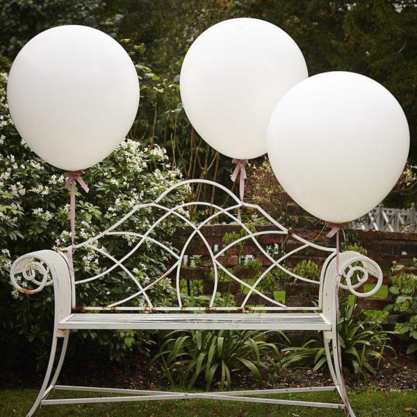 Suuret valkoiset ilmapallot Nämä isot valkoiset ilmapallo ovat upea koriste ristiäisissä, vauvajuhlissa ja lasten syntymäpäivillä. Yhdessä pienempien ilmapallojen kanssa saat tästä todella näyttävän kokonaisuuden! Jätti-ilmapallot ovat kaunis yksityiskohta myös lasten valokuvauksessa, kiinnitä ne kuvauksen ajaksi esim tuoliin, pinnasänkyyn tai koriin!