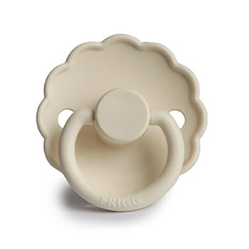 FRIGG Daisy silikoninentutti vauvalle 0-6 kk tai 6-12 kk, sävy Cream FRIGG tuttien suosio perustuu ajattoman tyylikkääseen ulkonäköön, tuteissa on kauniit sävyt ja Daisy -malliston tutit ovat myös suloisen tyttömäisiä! Nykyajan äidit myös arvostavat sitä, että tutit on suunniteltu ja valmistettu Kiinan sijaan Tanskassa.