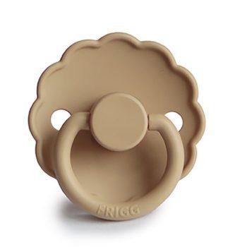 FRIGG Daisy silikoninentutti vauvalle 0-6 kk tai 6-12 kk, sävy Croissant FRIGG tuttien suosio perustuu ajattoman tyylikkääseen ulkonäköön, tuteissa on kauniit sävyt ja Daisy -malliston tutit ovat myös suloisen tyttömäisiä! Nykyajan äidit myös arvostavat sitä, että tutit on suunniteltu ja valmistettu Kiinan sijaan Tanskassa. FRIGG Daisytutit on muotoiltu vähän kaarevaksi niin, ettei tutti haudo lapsen ihoa vaan ilma pääsee kiertämään paremmin. Tämä on tärkeää etenkin herkkäihoiselle vauvalle.