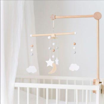 Jabadabado puinen vaalea mobile Kaunis, skandinaaviseen sisustukseen sopiva mobile! Tämän rauhallisensävyisen mobilen voit ripustaa pinnasängyn yläpuolelle, vaipanvaihtopisteeseen tai isomman lapsen iloksi sängyn yläpuolelle. Mobilen voi yhdistää ihanasti esimerkiksi vuodekatoksen kanssa!