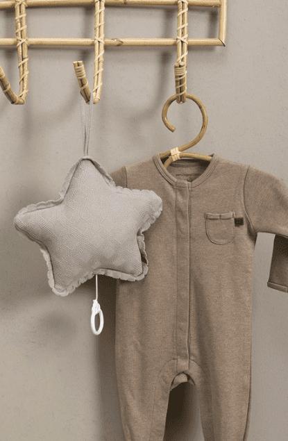 """Baby's Only pehmeä Reef tähtisoittorasia on suloinenlisä vauvan pinnasänkyyn. Soittorasia on tähdenmuotoinen ja sen pehmeä kangas on kauniisti kuvioitu. Kun vedät narusta, soittorasia soittaa rauhallisen """"Tuiki tuiki tähtönen"""" - melodian. Ylhäällä olevan lenkin ansiosta soittorasia on helppo kiinnittää vauvan viihdykkeeksi myös esimerkiksi vaipanvaihtopisteeseen."""