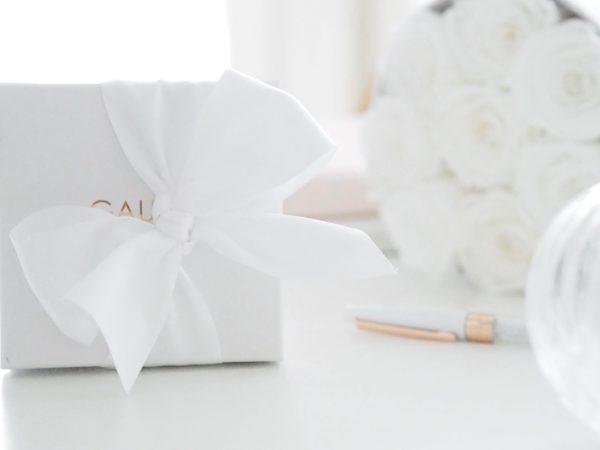 Gaura Pearls rajoitettu erikoiserä: helmirannekoru 18 Karaatin valkokullatulla lukolla Jos haluat lahjoittaa pienen tytön ristiäispäivänä tai syntymäpäivänä jotakin ajatonta ja erityistä, tämä luksusversio klassisesta helmirannekorusta on oikea valinta. Aidot helmet säilyttävät arvonsa ja ovat aina tyylikkäät.Helmirannekorun viimeistelee elegantti valkokultainen pallolukko.