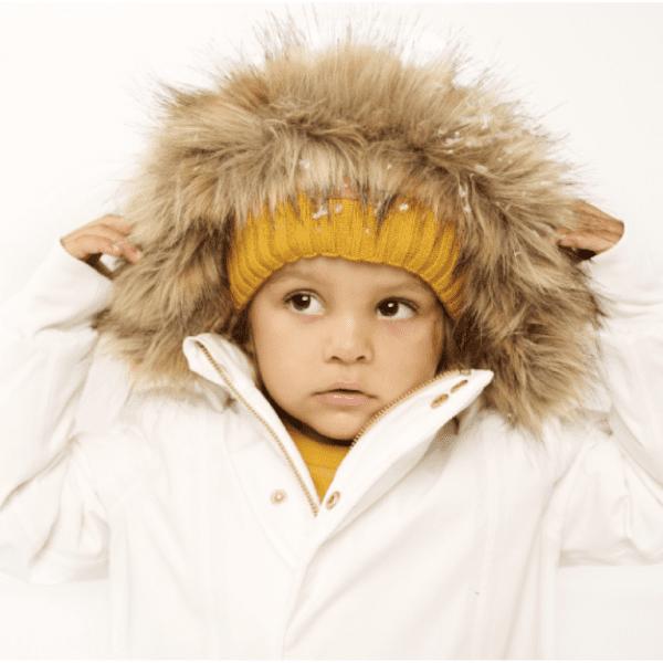 GugguuC'Moon lasten talvitakki, White Candy Tyylikäs talvitakki harkituilla yksityiskohdilla monenlaiseen ulkoiluun. Teipatut saumat tuovat toiminnallisuutta takin ominaisuuksiin. Etukappaleen graafiset leikkaukset antavat ilmettä. Kaksi taskua edessä, joissa nepparit. Taskussa lisäksi nahkainen logomerkki. Edessä vetoketju piilossa tuulilistan alla. Lisäksi nepparit tuulilistassa. Hihansuissa resorit.