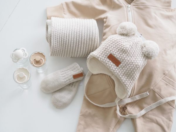 Gugguu Double Tuft Baby Beanie vauvan nauhapipo kahdella tupsulla, sävy Light Beige Yksinkertaisen tyylikäs nauhapipo on ommeltu pehmeästä ja joustavasta kankaasta. Merinovillainen pipotuntuu mukavalta lapsen päässä eikä hankaa. Hyvin istuva pipo pysyy paikallaan valumatta silmille. Tämä pipomalli suojaa korvien lisäksi tehokkaasti myös vauvan poskia! Suloiset tupsut viimeistelevät kokonaisuuden!