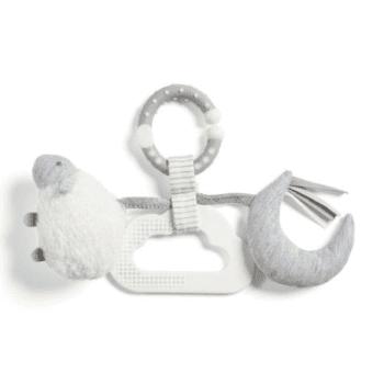 Mamas&Papas vauvan puuhalelu Lammas Tämä pehmeä lammas on täynnä yllätyksiä, jotka on suunniteltu viihdyttämään vauvaa monipuolisesti! Kun heilutat pehmolammasta vauvan edessä, kuuluu siitä helisevä ääni. Jos vaaleanharmaata kuuta rutistaa, se rapisee. Kuuhun on myös kiinnitetty eri sävyisiä nauhoja, jotka kiinnostavat vauvaa. Valkoinen pilvenmuotoinen lelu sopii hyvin vauvan pieneen käteen ja pilven nystyräinen reuna on suunniteltu niin, että se helpottaa vauvan hampaiden puhkeamisesta johtuvaa kutinaa.
