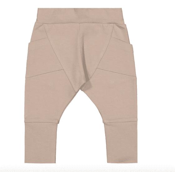 Gugguu Baby Trikoo Pants vauvan trikoohousut, sävy Metal Grey Gugguu Baby Trikoo pantsit sopivat malliltaan sekä tyttö- että poikavauvalle. Tyylikkäät ja erittäin laadukkaat trikoohousut päivittäiseen käyttöön. Hyvin istuvat, mukavat housut taskuilla.Vyötäröllä on säädettävä kuminauhakiristys, jotta saat housut juuri sopivankokoisiksi vauvalle.