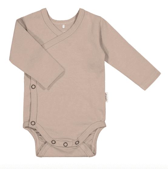 Gugguu pitkähihainen kietaisubody neppareilla, sävy Metal Grey Kietaisumallinen body on helpompi pukea vauvalle, kun mitään ei tarvitse vetää vauvan pään ja vielä heikon niskan yli, eikä käsiä tarvitse taivutella hihoihin. Jos vauvalle sattuu vaippavahinko, on kietaisumallinen body myöskin näppärämpi ja siistimpi riisua vauvan päältä. Näistä syistä ihan pienille vauvoille valitaan usein juuri kietaisubody. Gugguun pitkähihainen body on laadukas, tyylikäs ja mukava päällä!
