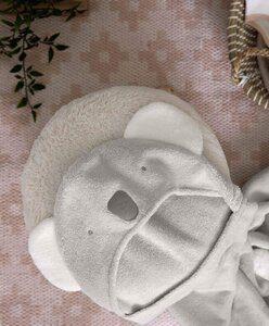 Pehmoinen ja lämmin huppupyyhe pienelle kylpijälle! Suloisina yksityiskohtina tässä vaaleansävyisessä vauvan kylpypyyhkeessä ovat pyöreät koalankorvat ja takana pieni valkoinen tupsuhäntä!