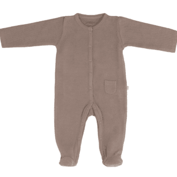 Terälliset lahkeet pitävät pienet varpaat lämpöisenä, eikä sukkia tarvita tämän potkupuvun kanssa lainkaan! Potkupuvussa on pitkät hihat ja nepparikiinnitys. Edessä ja takana on pienet koristetaskut. Potkupuku on mukava vaate vauvalle, koska se ei purista mahan kohdalta, kuten jotkin housut ja vyötärönauhat saattavat tehdä. Vauva on myös helppo nostaa kun hänellä on päällään potkupuku: se ei nouse ikävästi kainaloihin tai jää ruttuun.