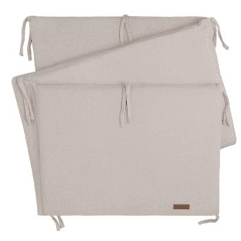 Baby's Only Classic pinnasängyn reunapehmuste/ päätysuoja pinnasänkyyn Kaunis, laadukasta neulosta oleva pinnasängyn reunapehmuste/päätysuoja, joka pysyy tukevasti paikallaan. Reunapehmuste on helppo kiinnittää pinnasänkyyn kiinnitysnaruilla. Baby's Onlyn reunapehmuste on tarpeeksi korkea luodakseen pinnasängystä turvallisen nukkumapaikan ja se suojaa vauvaa turhilta kolhuilta.