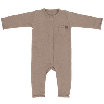 Potkupuvussa on pitkät hihat ja nepparikiinnitys. Edessä ja takana on pienet koristetaskut. Terättömät lahkeet lisäävät potkupuvun käyttöikää ja potkuvun kanssa voi käyttää sukkia tai tossuja. Potkupuku on mukava vaate vauvalle, koska se ei purista mahan kohdalta, kuten jotkin housut ja vyötärönauhat saattavat tehdä. Vauva on myös helppo nostaa kun hänellä on päällään potkupuku: se ei nouse ikävästi kainaloihin tai jää ruttuun.