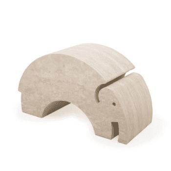bOblesit ovat uudenlaisia liikunnalliseen arkeen kannustavia leikkihuonekaluja kaikenikäisille lapsille. Lapset rakastavat näitä hauskoja otuksia ja temppuilevat niiden päällä mielellään. Elefantin selästä on hauska hyppiä alas ja kiivetä taas ylös. Kun Elefantin kääntää, saa siitä tasapainoa haastavan keinun. Isommat lapset harjoittelevat keinumaan Elefantilla seisten -se on hurja temppu aikuisellekin, kokeile vaikka itse! Tämä tasapainoilu vahvistaa keskivartaloa ja nilkkoja sekä aktivoi jalkapohjan pieniä lihaksia tehokkaasti. Hyvä tasapaino on tärkeä taito monessa liikuntalajissa myöhemmin, joten leikkimällä bObleseilla lapsi saa hyviä valmiuksia myös muihin harrastuksiin!
