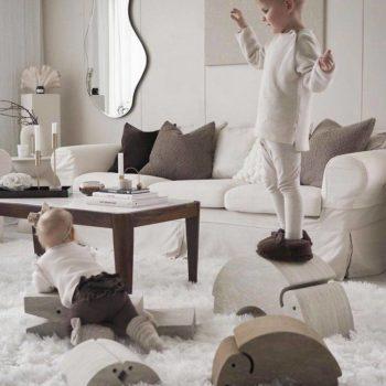 Lapselle on suurta hyötyä siitä, että hän saa olla liikunnallisesti touhukas ja käyttää omaa kehoaan. Liikkuminen ja kehon tuntemus lisäävät itseluottamusta ja oppimiskykyä. bObles haluaa tukea tätä ja suunnittelee siksi monikäyttöisiä huonekaluja, joilla lapset haluavat leikkiä ja jotka vanhemmat haluavat olohuoneisiinsa. Neutraalinsävyiset bOblesit eivät häiritse tyylikästäkään sisustusta!